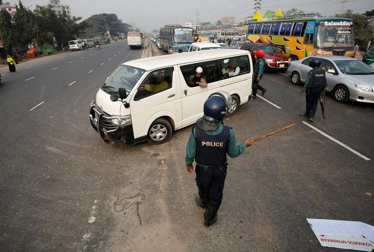 Bangladeshi police officers stop a vehicle carrying Muslim activists who were try to join a long march towards Myanmar to protest against the deaths of Rohingya Muslims in the Rakhine state of Myanmar, in Dhaka, Bangladesh, December 18, 2016. REUTERS/Mohammad Ponir Hossain