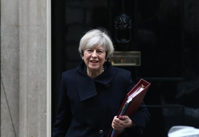 2月6日、英調査会社ORBが実施した調査で、英国民の半数以上が政府の欧州連合(EU)離脱戦略を支持していることが明らかになった。過半数による支持は昨年11月の同調査開始後初めて。写真はメイ首相。ロンドン首相官邸前で1日撮影(2017年 ロイター/Neil Hall)
