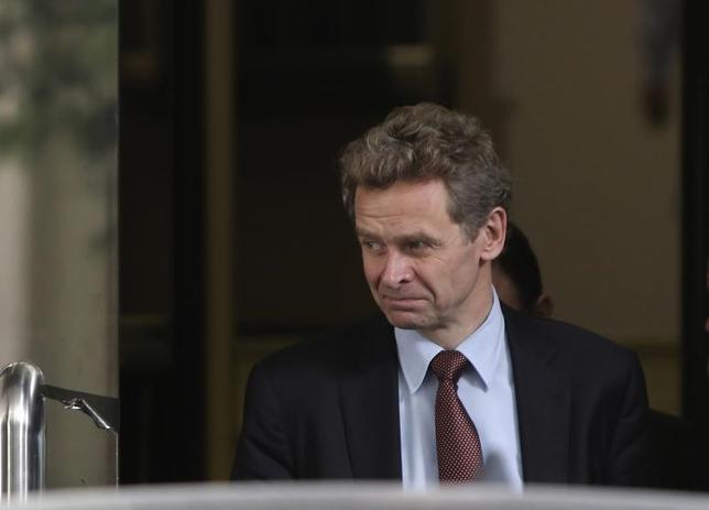 2月7日、国際通貨基金(IMF)はギリシャの経済政策に関する年次審査の報告書で、同国の年金は「負担しきれないほど高い」と指摘するとともに、成長促進に向けて年金に割り当てられた予算を削減するよう求めた。写真は記者団との電話会見に応じたIMFのトムセン欧州局長。ギリシャ・アテネのギリシャ財務省で2013年11月撮影(2017年 ロイター/John Kolesidis)