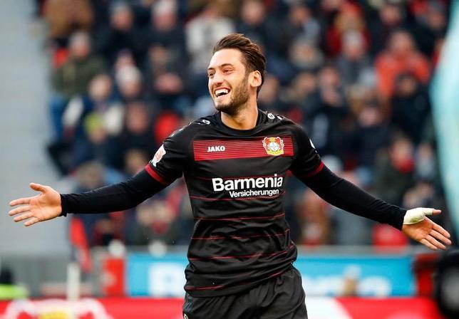 2月7日、ドイツ1部、ブンデスリーガのレーバークーゼンに所属するトルコ代表MFハカン・チャルハノール(22)がFIFA(国際サッカー連盟)から受けた4カ月間の出場禁止処分中は報酬を受け取らないと宣言した。1月にドイツのレーバークーゼンで撮影(2017年 ロイター/Wolfgang Rattay)