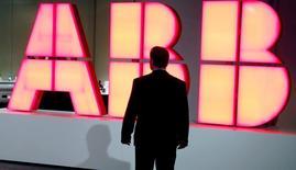 Le conglomérat industriel suisse ABB a mis fin au quatrième trimestre 2016 à près de deux ans de baisse de ses commandes mais a prédit mercredi que 2017 serait probablement dominée par l'incertitude sur ses marchés. /Photo d'archives/REUTERS/Arnd Wiegmann