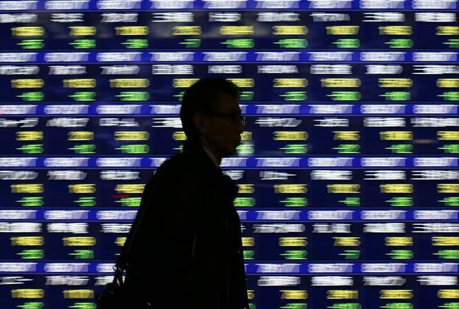 2月8日、東京株式市場で日経平均は反発。終値は2月1日以来、5営業日ぶりに1万9000円を回復した。米国株高を買い手掛かりに上昇スタートとなった後、先物へのポジション調整的な売りに押され、下げに転じる場面があった。写真は都内の株価ボード。2014年1月撮影(2017年 ロイター/Issei Kato)
