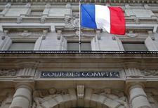 """La Cour des comptes émet de sérieux doutes sur la capacité de la France à atteindre son objectif d'un déficit public ramené à 2,7% du PIB fin 2017 et souligne son retard dans le rétablissement des finances publiques, qui imposera des efforts """"d'une ampleur inédite"""" sur les dépenses dans les années suivantes. /Photo d'archives/REUTERS/Christian Hartmann"""