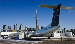 Un avión turbopropulsor Bombardier Q400 de Porter Airlines se ve en Toronto, Canadá. 23 de febrero 2009.El Gobierno de Canadá anunció el martes que entregó 372,5 millones de dólares canadienses (283 millones de dólares) en préstamos reembolsables a dos programas de jets de Bombardier Inc, prometiendo que defendería al acuerdo de cualquier potencial demanda comercial de Brasil.  REUTERS/Mark Blinch