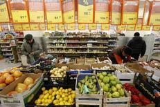 Магазин Дикси в Москве. 1 декабря 2015 года. Индекс потребительских цен в РФ за период с 31 января по 6 февраля 2017 года вырос на 0,1 процента, как и за каждую из предыдущих трех недель, сообщил в среду Росстат. REUTERS/Sergei Karpukhin