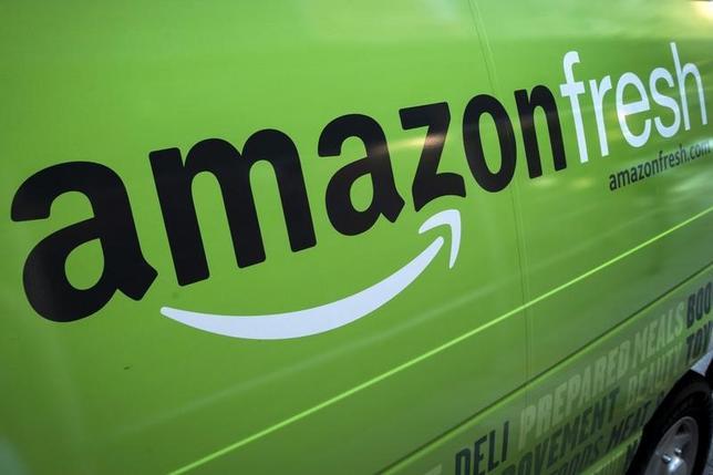 2月8日、アマゾンは英国で生鮮食品の配送サービス「アマゾンフレッシュ」の対象地域を拡大したと明らかにした。写真は同サービスの配送トラック。2015年8月撮影。(2017年 ロイター/Brendan McDermid)