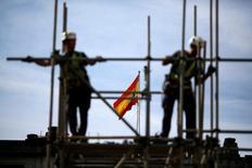 La economía española seguirá mostrando en 2017 una recuperación fuerte aunque menos intensa que en años anteriores, y crecerá un 2,7 por ciento este año y el siguiente, desde el 3,2 por ciento de 2016, según un informe de BBVA Research presentado el miércoles, que mejora en dos décimas la previsión de crecimiento del Gobierno español. En la imagen, obreros de constucción en Sevilla, 28 de abril de 2016. REUTERS/Marcelo del Pozo/File Photo