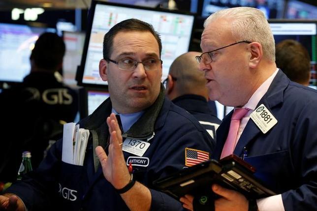 2月8日、米国株式市場はまちまちで取引を終えた。写真はNY証券取引所のトレーダー、7日撮影(2017年 ロイター/Brendan McDermid)