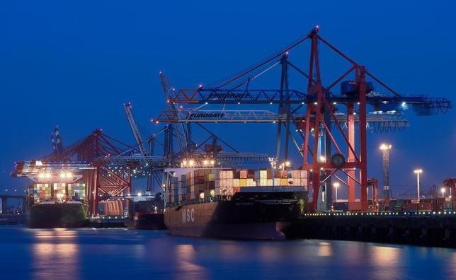 2月8日、ドイツ商工会議所連合会(DIHK)は、2017年の独経済成長率予想を1.6%とし、昨年8月の1.2%から引き上げた。輸出が増加するとの見通しが要因。ただ、独企業からは米国の貿易政策に関する懸念が出ているという。写真はハンブルグ港で2014年9月撮影(2017年 ロイター/Fabian Bimmer )