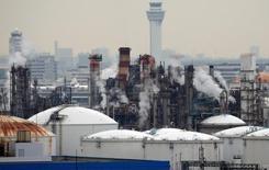 Фабрика в промышленной зоне в Кавасаки. Заказы на машинное оборудование в Японии увеличились сильнее ожидаемого в декабре после падения в предыдущем месяце и, вероятно, вырастут в текущем квартале, сигнализируя о подъеме капзатрат.  REUTERS/Toru Hanai