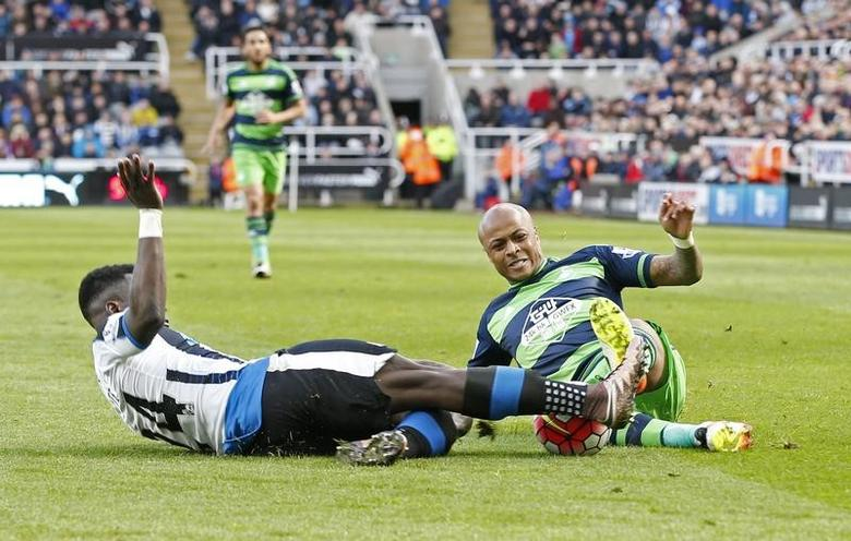 Football Soccer - Newcastle United v Swansea City - Barclays Premier League - St James' Park - 16/4/16Newcastle United's Cheick Tiote in action with Swansea City's Andre AyewReuters / Andrew YatesLivepic