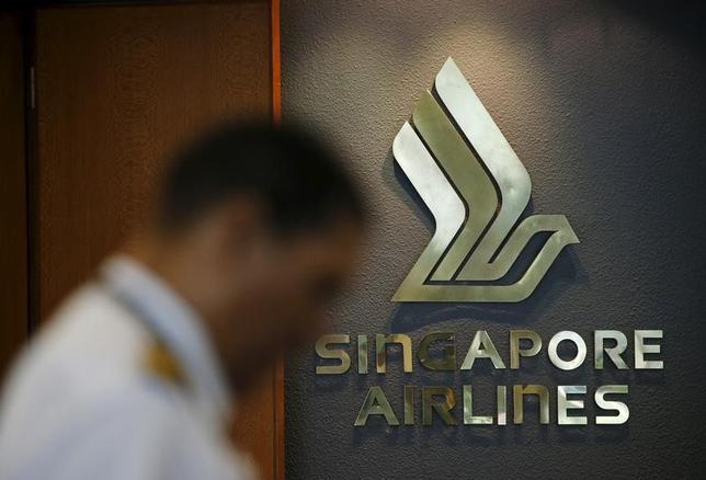 2月9日、シンガポール航空は、ボーイングのワイドボディー機39機を仮発注したと発表した。写真は同社のロゴ。シンガポールのチャンギ空港で昨年1月撮影(2017年 ロイター/Edgar Su)