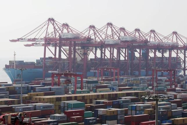 2月10日、中国税関総署が公表したデータによると、1月の中国輸出はドル建てで前年同月比7.9%増となり、アナリスト予想を大きく上回った。輸入も16.7%増で、こちらも予想を上回った。 写真は上海自由貿易区にある洋山深水港に停泊しているコンテナー船。昨年9月撮影(2017年 ロイター/Aly Song)