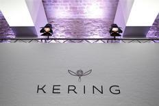 Kering a publié vendredi des résultats 2016 en très forte hausse et supérieurs aux attentes après trois ans de repli, portés par les brillantes performances de Gucci et Saint Laurent qui ont permis de compenser le recul de Bottega Veneta. /Photo d'archives/REUTERS/Charles Platiau