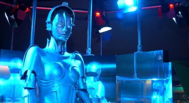2月7日、英ロンドンのサイエンスミュージアムで8日から、最新の歌うヒューマノイドから244年前の銀製の動くスワンまで、100点を超えるロボットの展示会が開催されている。写真はロイタービデオの映像から(2017年 ロイター)