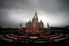 Le parc Disney à Shanghai. Walt Disney a annoncé qu'il allait porter sa participation dans Euro Disney à 85,7% en rachetant l'essentiel des parts de Kingdom Holding, la holding du prince saoudien Al Walid bin Talal, dans l'opérateur du parc de loisirs de Marne-la-Vallée, près de Paris. /Photo d'archives/REUTERS/Aly Song