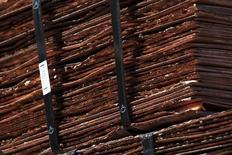 En la imagen se pueden ver cátodos de cobre la mina de Chuquicamata,  cerca de la ciudad de Calama, en Chile. 1 de abril 2011. Los precios del cobre alcanzaron sus niveles más altos en 20 meses el viernes luego que la minera anglo-australiana BHP Billiton confirmó el viernes que declaró fuerza mayor en sus despachos debido a una huelga en el mayor yacimiento mundial del mineral, en Chile.REUTERS/Ivan Alvarado