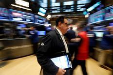 Operadores trabajan en la sede de la Bolsa de Valores de Nueva York (New York Stock Exchange (NYSE)) en Nueva York, EEUU, 7 de febrero de 2017. REUTERS/Brendan McDermid