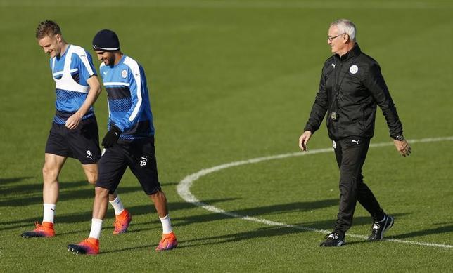 2月10日、サッカーのイングランド・プレミアリーグ、昨季王者レスターのクラウディオ・ラニエリ監督(右)は、今季不振のMFリヤド・マレズ(中央)とFWジェイミー・バーディー(左)の復調をうながすため、両選手に励ましの言葉をかけたという。英レスターで2016年10月撮影(2017年 ロイター)