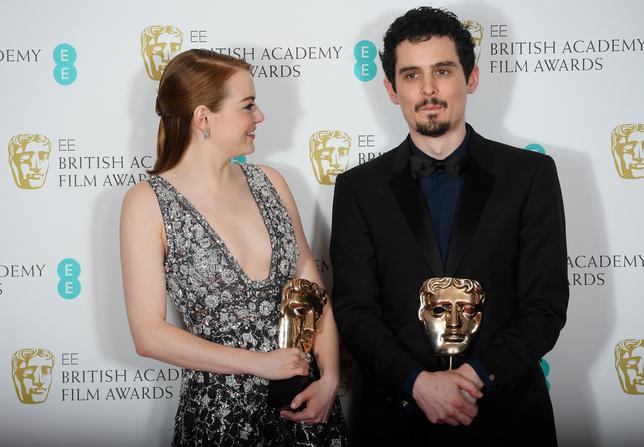 2月12日、英国映画テレビ芸術アカデミー(BAFTA)賞の授賞式がロンドンで行われ、ロサンゼルスを舞台としたデイミアン・チャゼル監督(写真右)のミュージカル映画「ラ・ラ・ランド」(日本公開2月24日)が作品賞、監督賞、主演女優賞を含む5部門で受賞した。写真左は女優賞のエマ・ストーン(2017年 ロイター/Toby Melville)