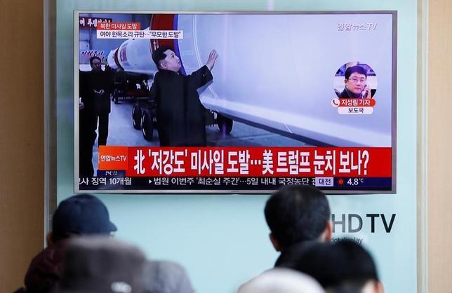 2月13日、北朝鮮は、新型中長距離弾道ミサイル「北極星2型」の発射実験を12日に実施したと発表した上で、実験は成功だったと表明した。写真は北朝鮮の弾道ミサイル発射を報道する韓国のニュース。ソウル市内の駅で12日撮影(2017年 ロイター/Kim Hong-Ji)