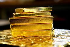 Imagen de archivo de lingotes de oro en la planta Oegussa de Viena, Austria. 18 marzo 2016.Los precios del oro caían el lunes ante la subida del dólar y de las acciones, pero se espera que la incertidumbre política y económica en Estados Unidos y en Europa continúe dando un apoyo subyacente al metal precioso. REUTERS/Leonhard Foeger