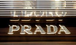 Логотип Prada на магазине в Цюрихе. Итальянская группа Prada, производящая одежду и обувь класса люкс, в понедельник  сообщила о падении выручки на 10 процентов из-за сокращения объема продаж во всех регионах, включая Японию и ее основной рынок Азиатско-Тихоокеанского региона.  REUTERS/Arnd Wiegmann