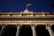 El selectivo español inició la semana con un nuevo alza que le dejó a las puertas de los 9.500 puntos en una jornada en la que únicamente un valor cotizó en negativo y todos sumaron tras el nuevo récord el viernes de Wall Street. En esta imagen de archivo, una bandera española ondea en lo alto del edificio de la Bolsa de Madrid el  1 de junio de 2016. REUTERS/Juan Medina