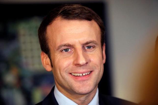 2月13日、仏大統領選に関する世論調査によると、中道・無党派のエマニュエル・マクロン前経済相(写真)が5月の決選投票で極右政党・国民戦線(FN)のマリーヌ・ルペン党首を破り勝利することが見込まれている。アルジェリアの首都アルジェで撮影(2017年 ロイター/Ramzi Boudina)