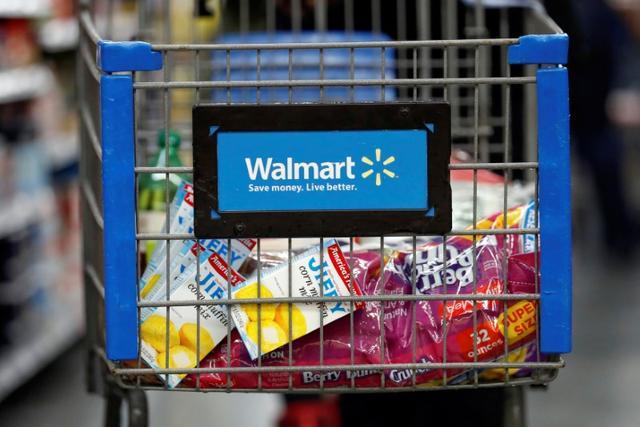 A customer pushes a shopping cart at a Walmart store in Chicago, Illinois, U.S. November 23, 2016. REUTERS/Kamil Krzaczynski