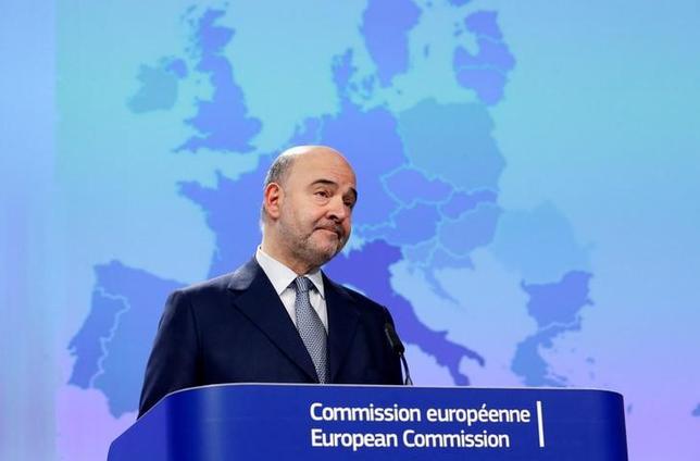2月13日、欧州委員会のモスコビシ委員(経済・財務・税制担当)は、スイスで多国籍企業を優遇する州税制の撤廃を目指した法人税改革法案が国民投票で否決されたことを受け、非常に失望していると述べた。写真はブリュッセルで13日撮影(2017年 ロイター/Francois Lenoir)