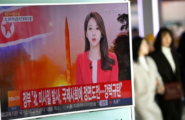 2月13日、トランプ米大統領にとって、残念ながら北朝鮮に対しては「切るべき札」がない。写真は、北朝鮮の弾道ミサイル発射実験を伝えるテレビ報道。ソウルで12日撮影(2017年 ロイター/Kim Hong-Ji)