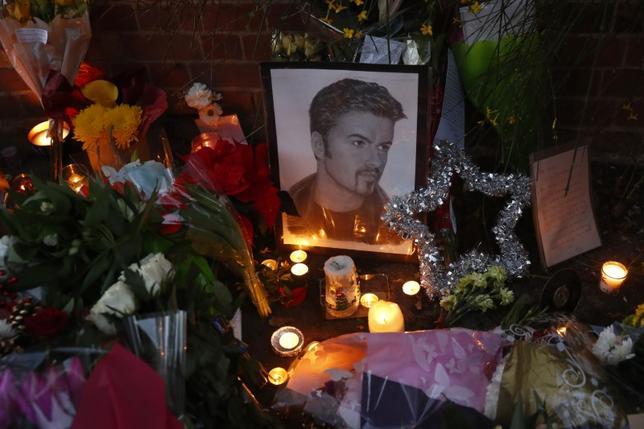 2月13日、昨年12月25日に53歳で死去した英人気歌手ジョージ・マイケルさんの家族は、死亡した日に自宅から掛けた緊急通報の録音記録が新聞に流出したことに強いショックを受けている。写真は昨年12月26日撮影(2017年 ロイター/Eddie Keogh)
