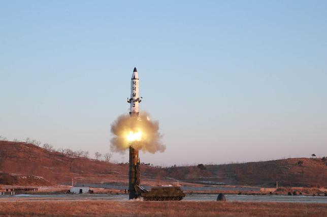 2月14日、韓国の情報機関によると、北朝鮮が12日に発射実験を行った新型弾道ミサイルは射程距離が2000キロを超えると聯合ニュースが報じた。写真はミサイルの発射実験。撮影日は明らかにされていない。提供写真(2017年 ロイター/KCNA)