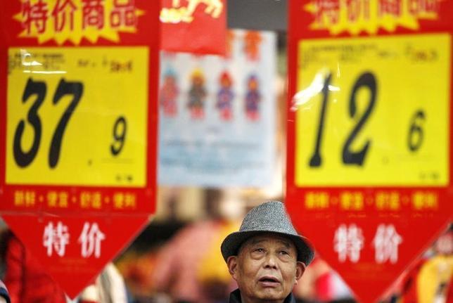 2月14日、中国国家統計局が発表した1月の消費者物価指数(CPI)は前年比2.5%上昇し、14年5月以来の高い伸びとなった。上昇率は市場予想の2.4%を上回り、12月の2.1%から加速した。写真は安徽省淮北市のスーパーマーケットで2015年2月撮影(2017年 ロイター)