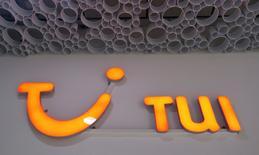 Логотип TUI AG в Вене. Туристическая компания TUI отчиталась о сокращении квартального убытка на 17 процентов, сообщив, что намерена начать предлагать туры клиентам из таких стран, как Китай, Индия, Испания и Италия, в попытке найти новые способы поддержки заполняемости своих отелей. REUTERS/Leonhard Foeger