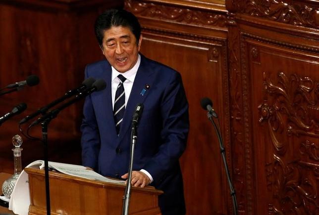 2月14日、政府は第7回働き方改革実現会議を開催し、時間外労働の上限規制について議論した。会議後安倍晋三首相は「非常に重要な議論であり、多数決で決するものでない」と述べた。1月撮影(2017年 ロイター/Toru Hanai)
