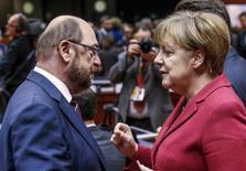 La confianza entre los inversores alemanes se deterioró más de lo esperado en febrero, mostró un sondeo el martes, debido a que las incertidumbres sobre el resultado de las negociaciones del Brexit y las futuras políticas comerciales de EEUU ensombrecían las perspectiva de crecimiento de la mayor economía de Europa. En la imagen de archivo, el político socialdemócrata alemán Martin Schulz (I) y la canciller conservadora Angela Merkel en una cumbre de la UE en Bruselas.  REUTERS/Yves Herman/File Photo