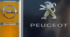 General Motors confirme à son tour mardi explorer des initiatives stratégiques avec PSA, y compris une éventuelle acquisition de sa filiale Opel par le groupe automobile français. /Photo d'archives/REUTERS/Wolfgang Rattay