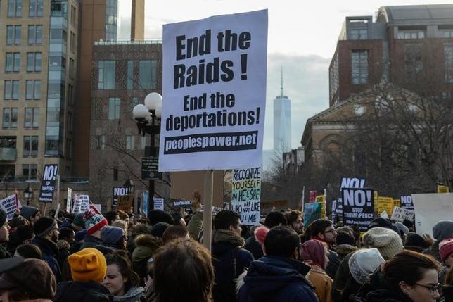 2月13日、トランプ政権の入国禁止令について、米ワシントン州のファーガソン司法長官は「真の動機」を究明すると約束、米大統領による国家安全保障上の決定を巡る、前代未聞の公開調査に発展する可能性が出てきた。写真は同政権の移民政策に抗議する人たち。NY市で11日撮影(2017年 ロイター/Stephanie Keith)