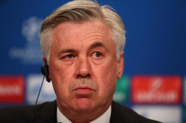 2月14日、サッカーの欧州チャンピオンズリーグ(CL)でドイツの強豪バイエルン・ミュンヘンは15日の16強第1戦で主力が2人欠場するとカルロ・アンチェロッティ監督(写真)が明らかにした(2017年 ロイター)