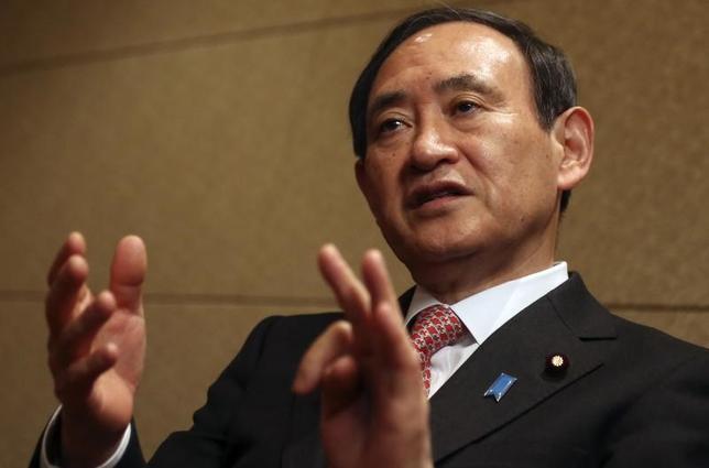 2月15日、菅義偉官房長官(写真)は午前の会見で、北朝鮮の金正恩朝鮮労働党委員長の異母兄、金正男氏がマレーシアで殺害されたとの報道に関連して「現時点で日本の安全保障に直接影響のある特異な事象は確認していない」と述べた。写真は都内で2014年2月撮影(2017年 ロイター/Yuya Shino)