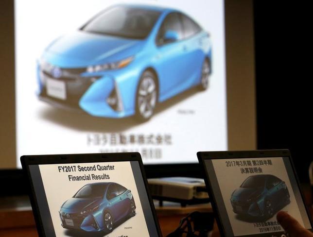 2月15日、トヨタ自動車は、家庭用電源からでも充電できるプラグインハイブリッド車(PHV)「プリウスPHV」の新型モデルを日本で発売した。価格は326万1600―422万2800円で、月2500台の国内販売を目指す。写真は昨年11月都内で開かれた記者会見で、スクリーンに映る「プリウスPHV」新型モデルのイメージ写真(2017年 ロイター/Kim Kyung-Hoon)