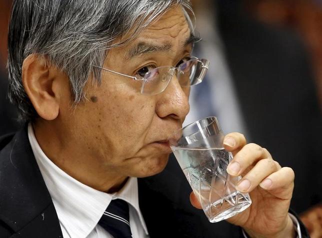 2月15日、日銀の黒田東彦総裁は、衆院財務金融委員会に出席し、さらなる緩和強化が必要となる場合、現在は短期マイナス0.1%、長期ゼロ%の金利目標の引き下げを検討することになるとの従来方針にあらためて言及した。木内孝胤議員(民進)への答弁。 写真は昨年1月、参議院財政金融委員会会議で答弁する黒田日銀総裁(2017年 ロイター/Toru Hanai)