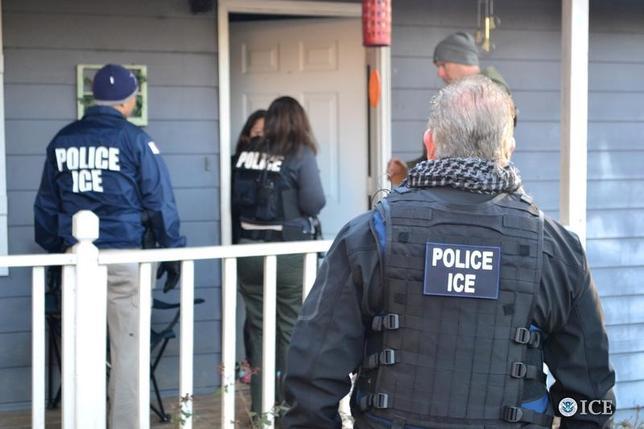 2月14日、米移民税関捜査局は先週、幼少期に不法移民の親に連れられて入国し、オバマ前政権下で合法的に就労許可を得ていたメキシコ人男性をシアトルで逮捕した。写真は移民税関捜査局員がアトランタで業務を遂行する様子。同局による提供写真(2017年/ロイター)