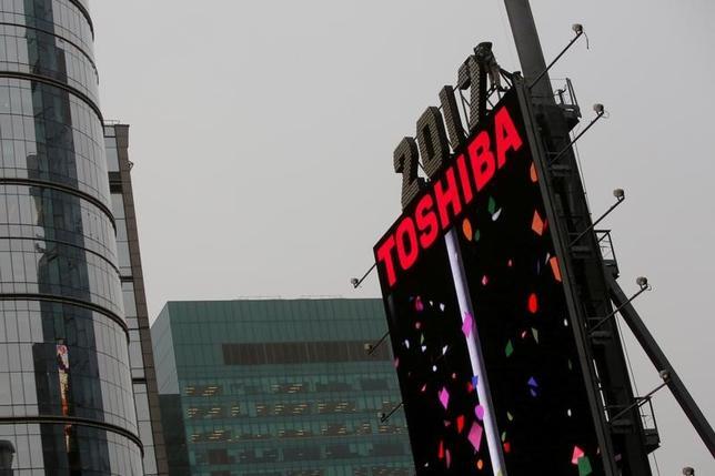 2月15日、東芝は同日午前、米原発事業による7000億円超の損失計上を受け、取引金融機関に対する説明会を開いた。格付けの引き下げで融資の前提となる財務制限条項に抵触する恐れがあるが、3月末までの融資継続するよう申し入れた。関係者によると、三井住友銀行など主力行は継続を表明した。写真はニューヨークで昨年12月撮影(2017年 ロイター/Andrew Kelly)