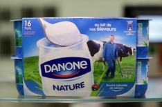 Йогурт Danone в магазине Ниццы. Французская продуктовая группа Danone сообщила о росте годовых продаж и обнародовала новый план сокращения расходов на 1 миллиард евро ($1,1 миллиарда) в ближайшие три года, так как финансовое оздоровление подразделения молочных продуктов в Европе занимает больше времени, чем ожидалось, в то время как трудные условия в Китае сохранятся в 2017 году. REUTERS/Eric Gaillard