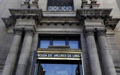La sede de la bolsa de valores de Lima, abr 7, 2015. Ferreycorp, líder en la comercialización de bienes de capital en Perú, reportó el miércoles que su utilidad subió un 71,1 por ciento interanual en el cuarto trimestre del 2016 ante una menor alza del tipo de cambio.   REUTERS/Mariana Bazo