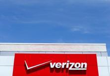 El logo de Verizon en una tienda en San Diego, EEUU, abr 21, 2016. Verizon Communications Inc está cerca de llegar a un acuerdo revisado para comprar el negocio principal de internet de Yahoo Inc por entre 250 y 350 millones de dólares menos que el precio original de 4.830 millones de dólares, dijo una fuente con conocimiento del tema.   REUTERS/Mike Blake/File Photo