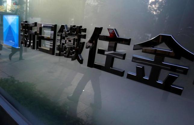 2月15日、新日鉄住金の栄敏治副社長はロイターとのインタビューで、2018年3月期も鋼材マージンの改善に取り組む意向を示した。鋼材の需給にタイト感が出るなど環境が整う中、割安感が強い日本の鋼材価格を引き上げたい考え。写真は2012年11月、東京の新日鉄住金の本社(2017年 ロイター/Yuriko Nakao)